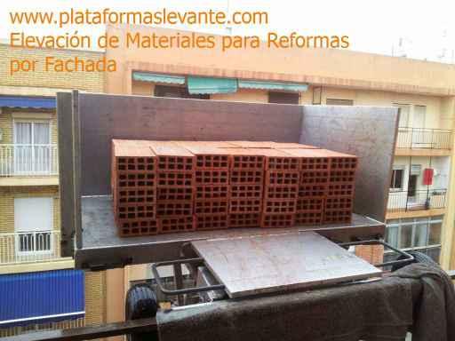 grúa elevación subir materiales reformas obras construcción por fachada