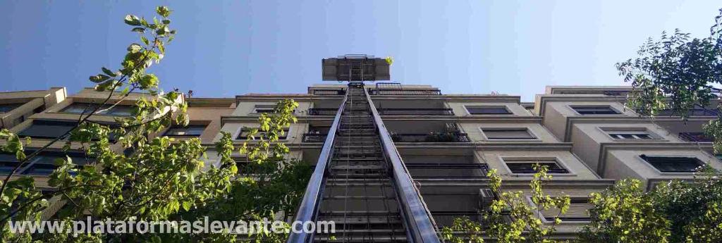 grúas por fachada para subir materiales de reformas y construcción con plataformas elevación