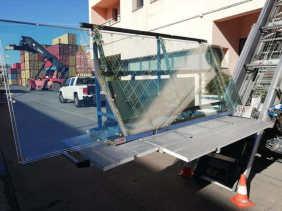 grúas elevación por fachada cristales