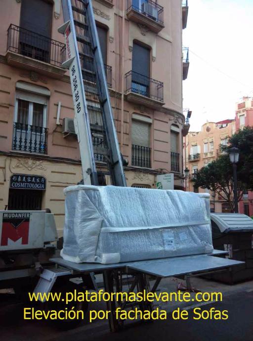 grúa elevación por fachada para subir sofas