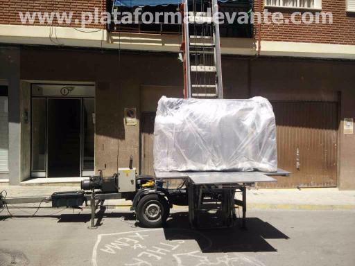 grúas elevación por fachada para subir sofá con plataforma elevadora