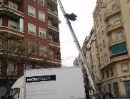 grúa montamuebles para subir bajar muebles por fachada con plataforma elevacion